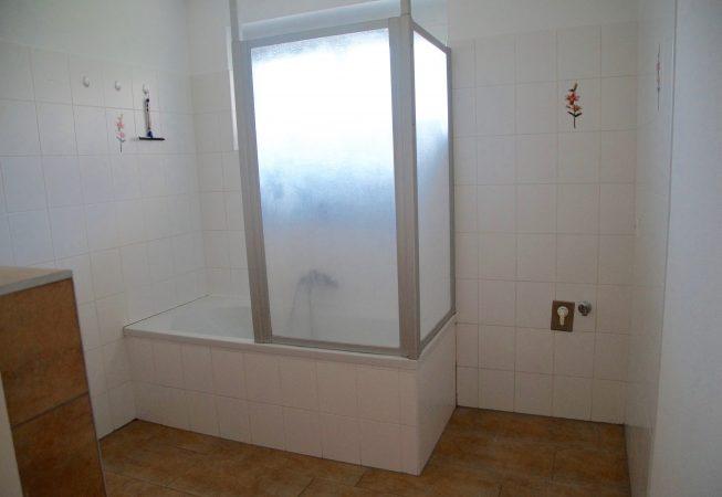 Badezimmer mit Fenster und Badewanne
